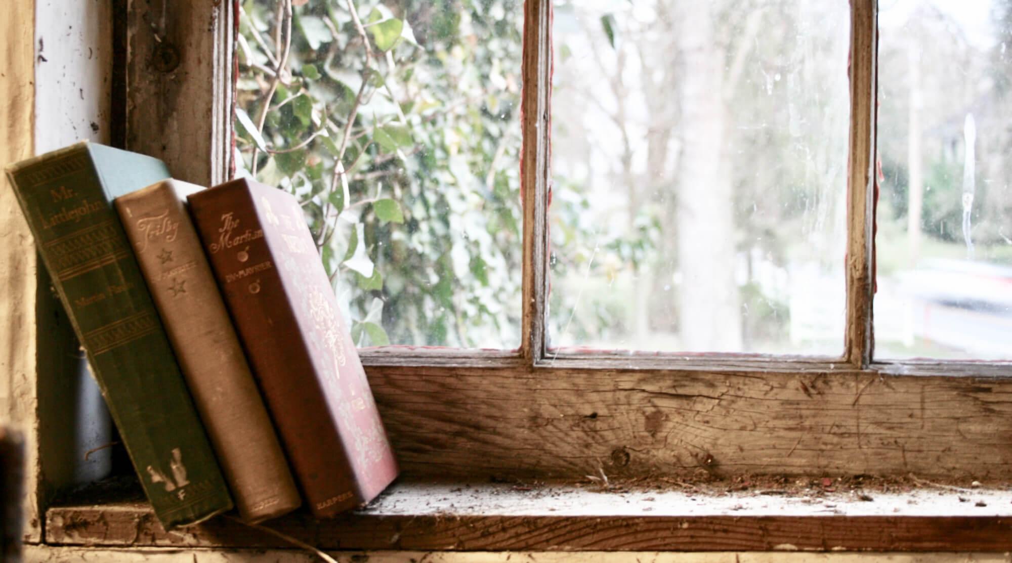 Gamla böcker i ett fönster