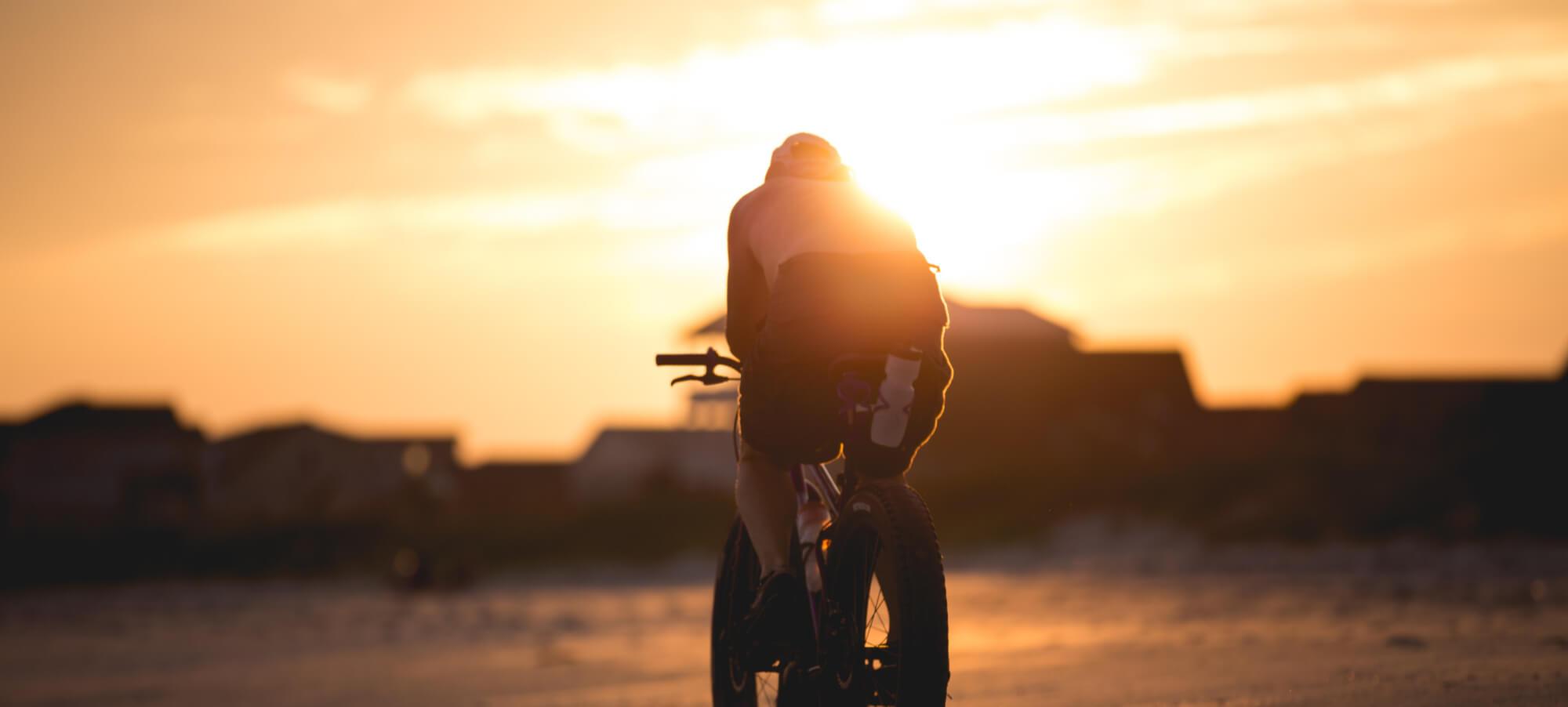 Person på Fatbike i Solnedgången