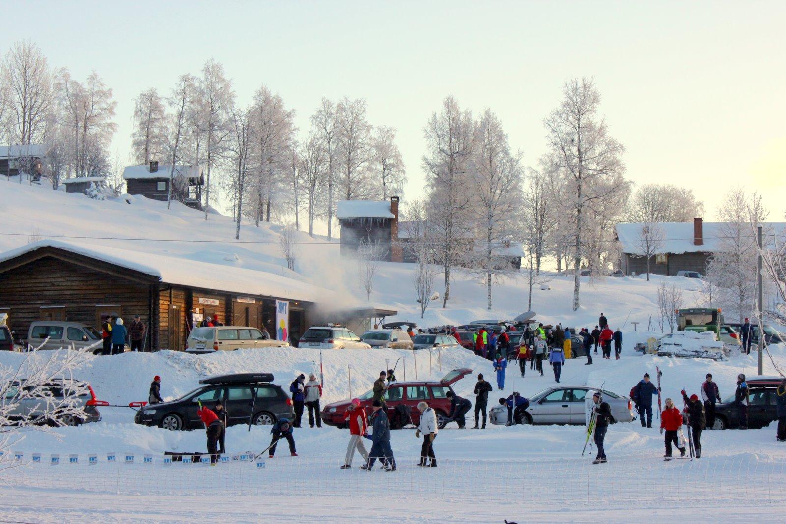 Fullt av människor runt skidstadion i Mattila