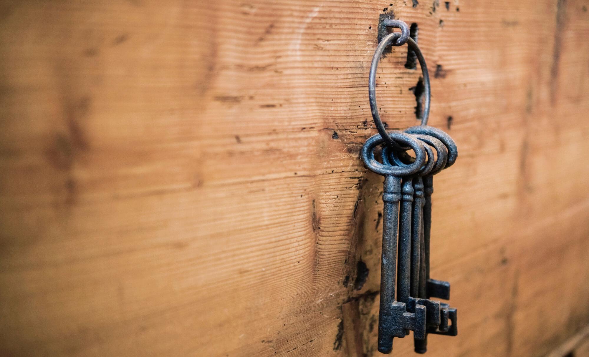 Gamla nycklar på en krok