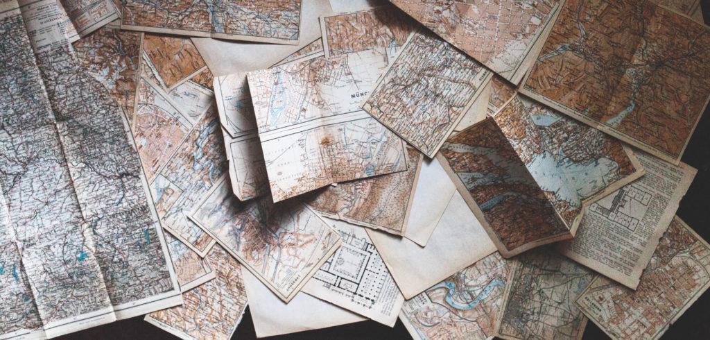 Kartor utspridda på golvet