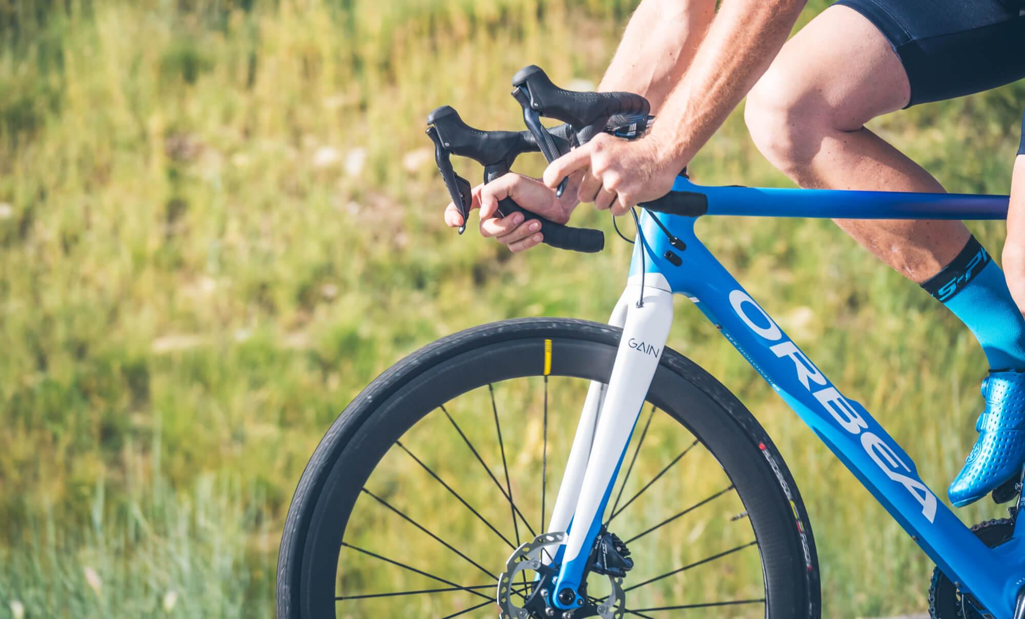 Närbild på cykel i naturen