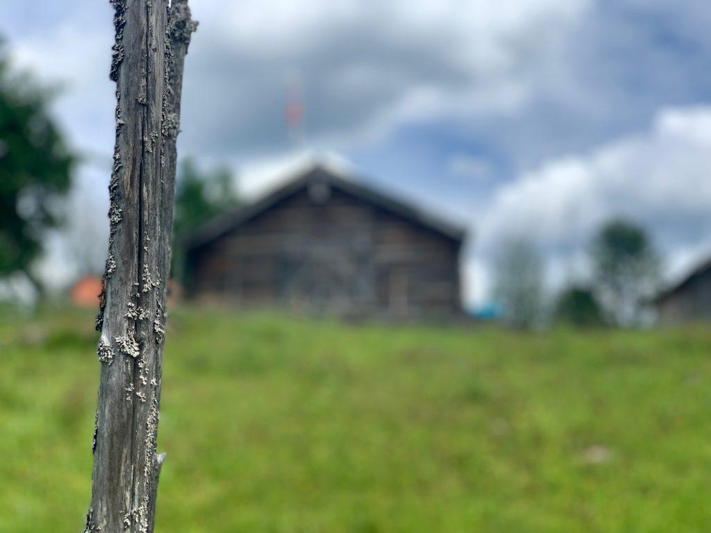En stolpe med stugor i bakgrunden