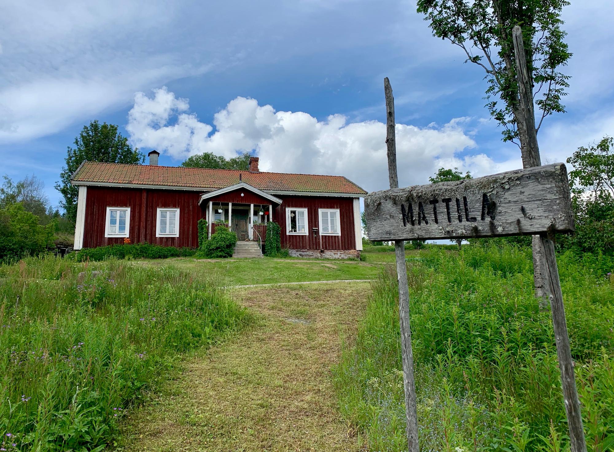 """Ett rött hus med en gammal skylt """"Mattila"""""""