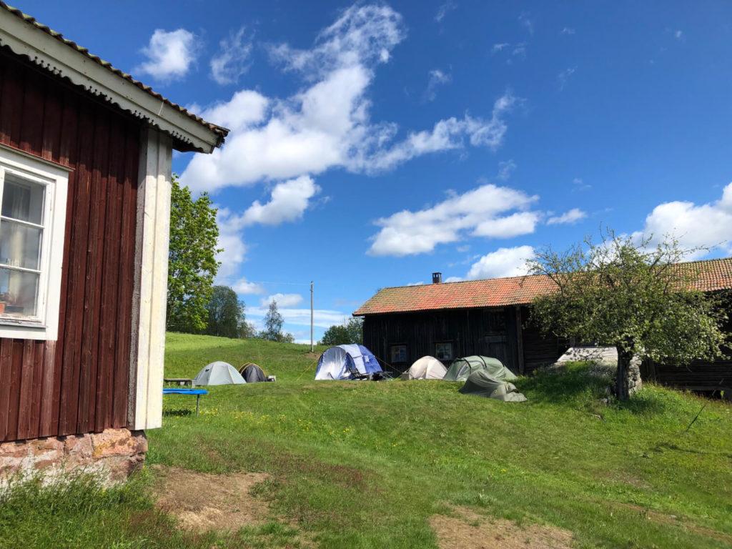 Tält på en gräsmatta i Mattila