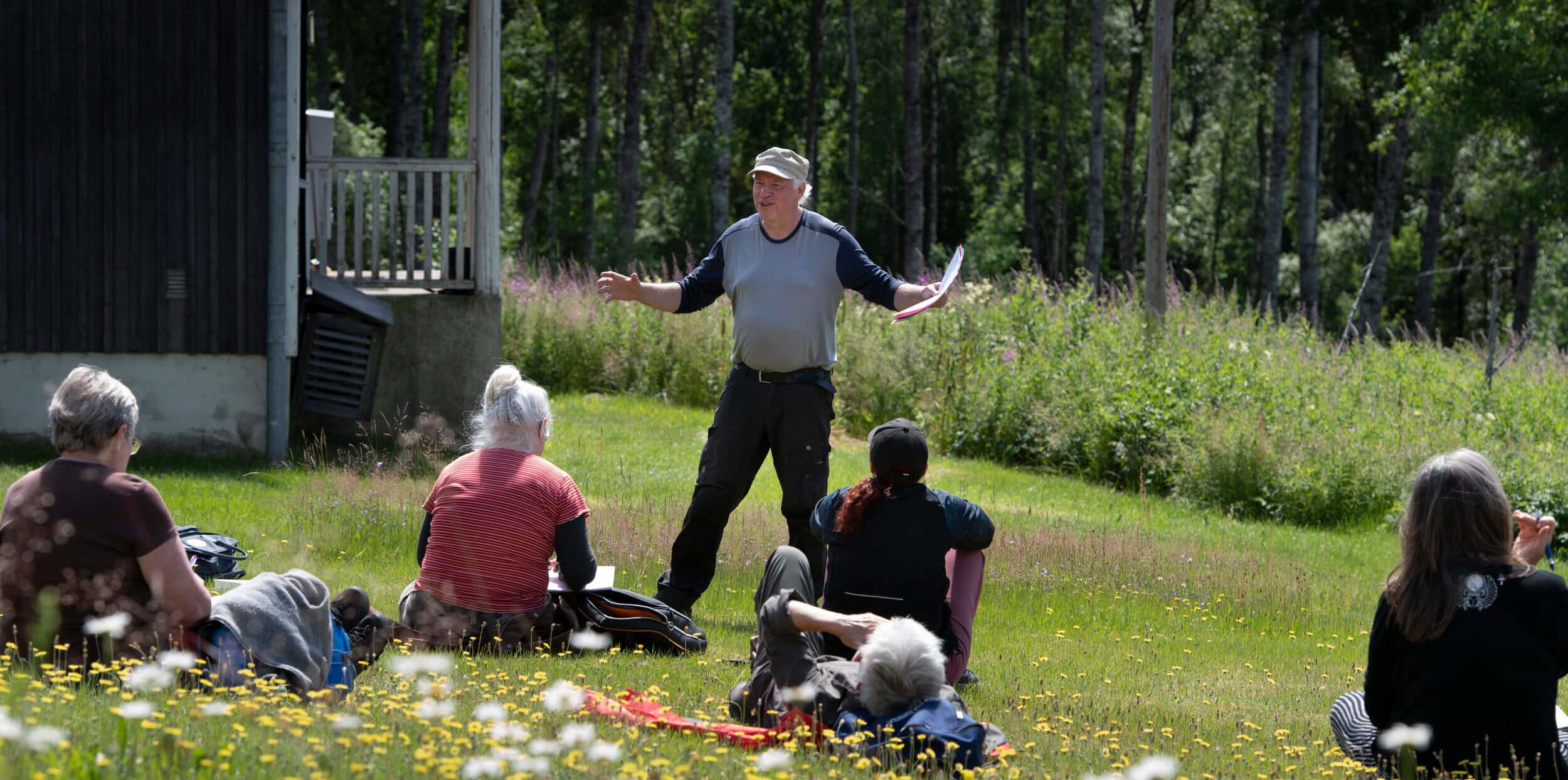 En man håller en kurs utomhus