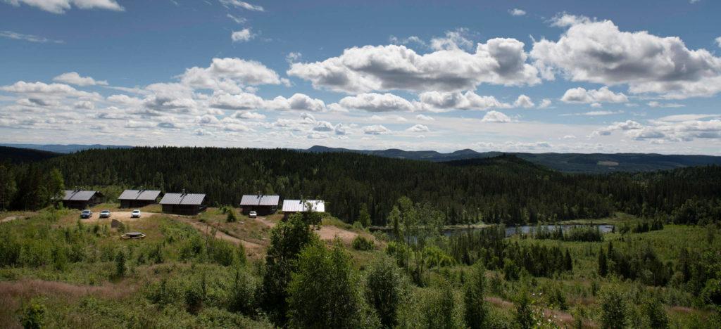 Utsikt över stugorna i Mattilamäki och bergen i bakgrunden