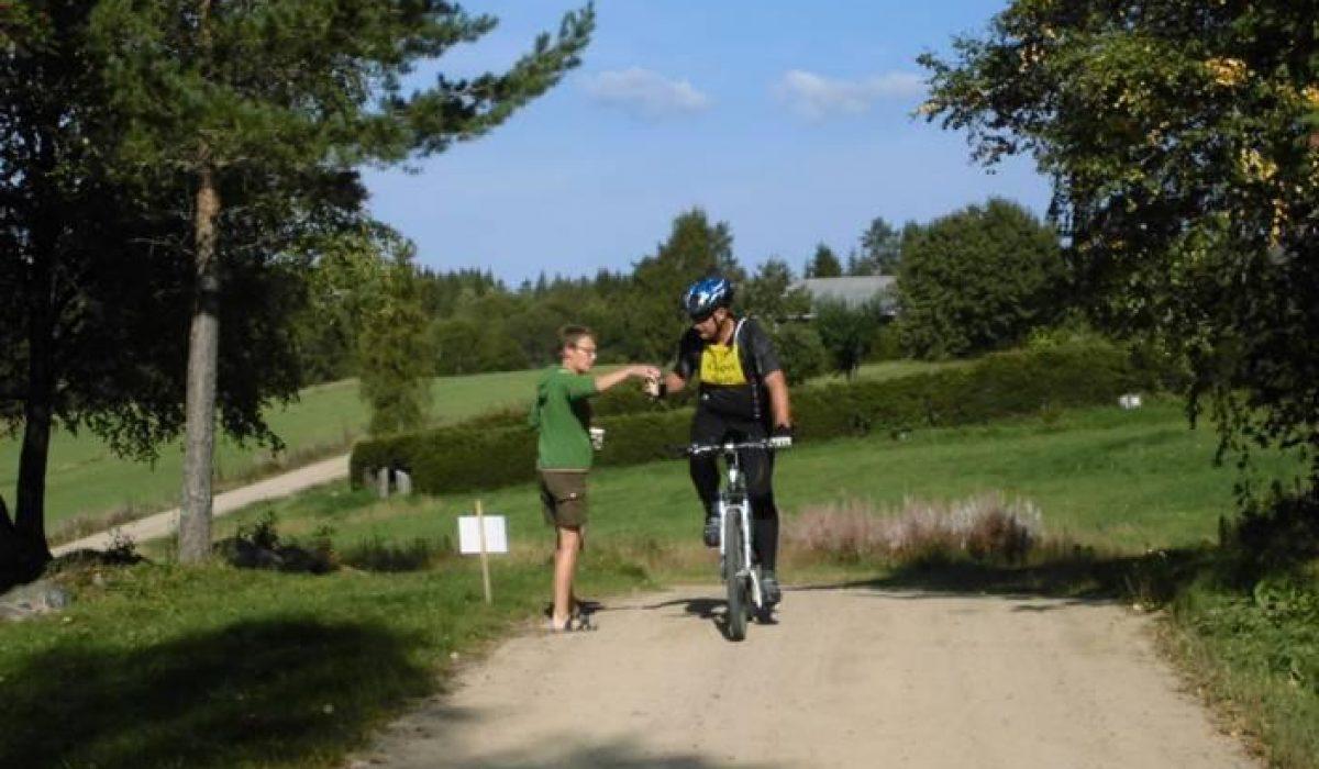 Cyklist får vätska