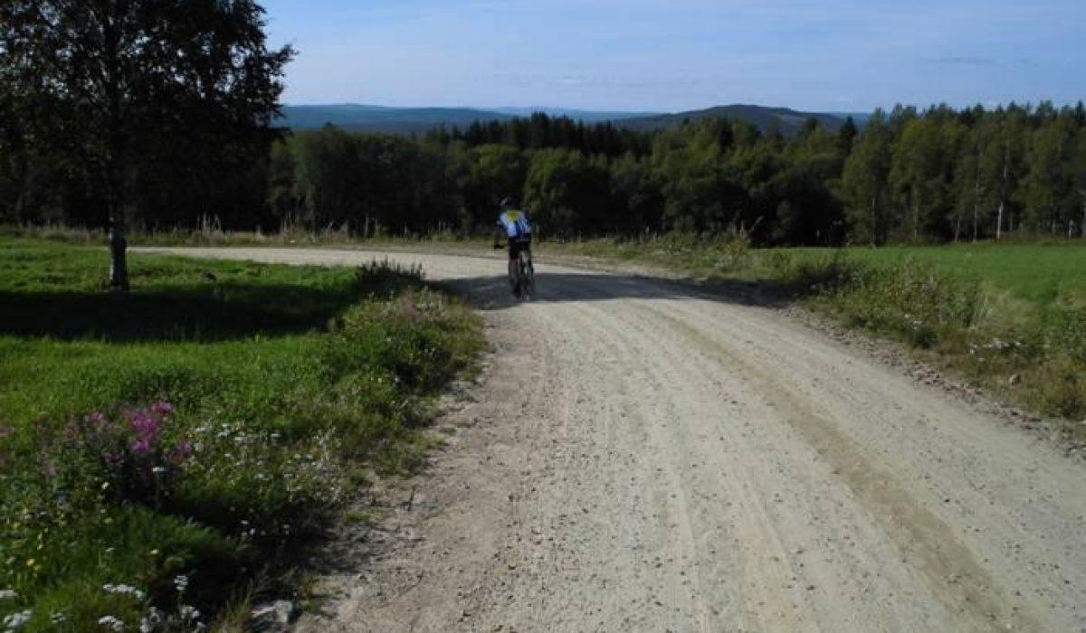 Cyklist på grusväg