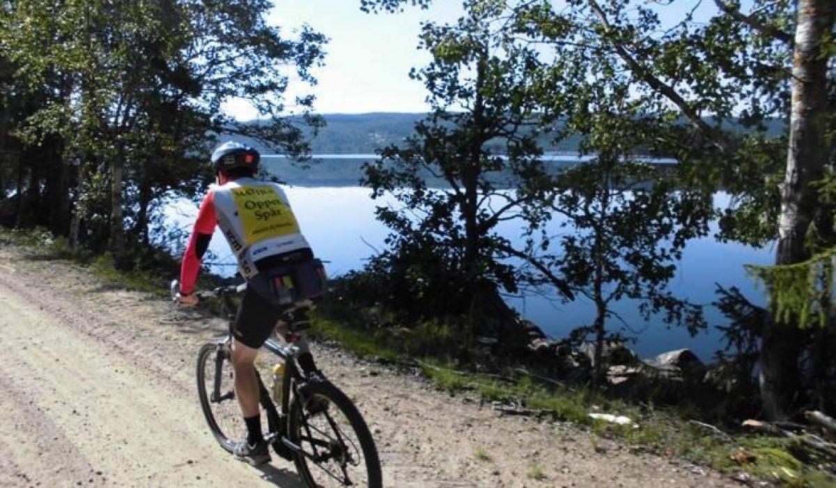Cyklist längst med sjö