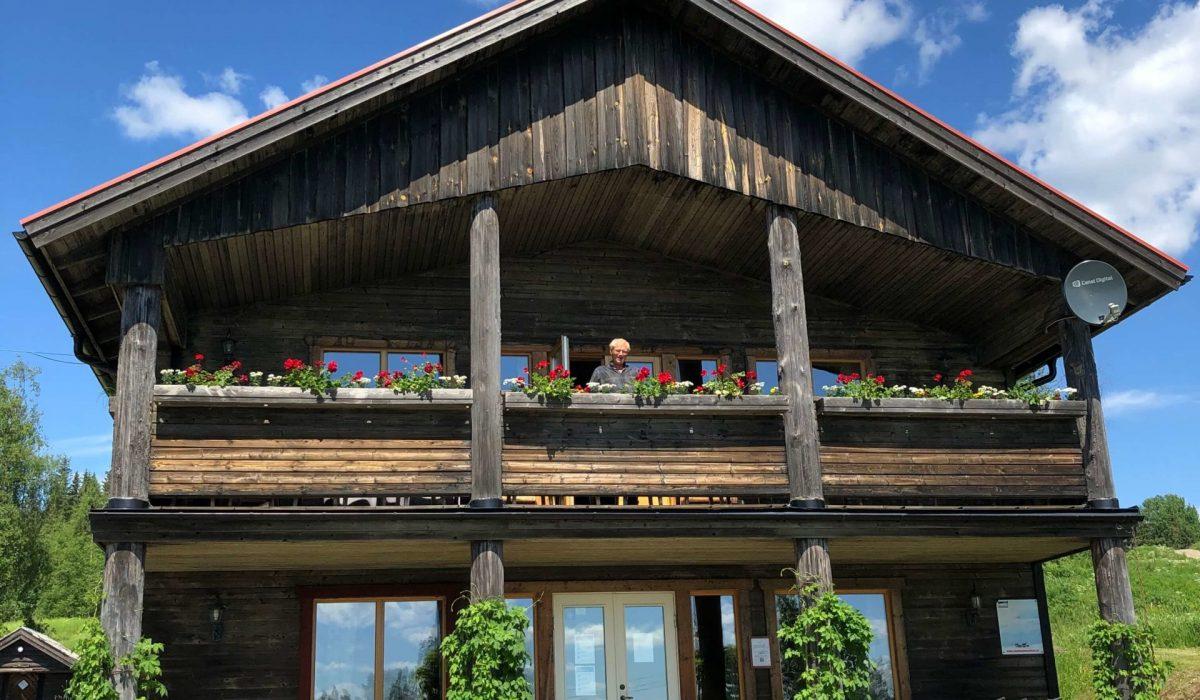 En man står på balkongen i restaurangen