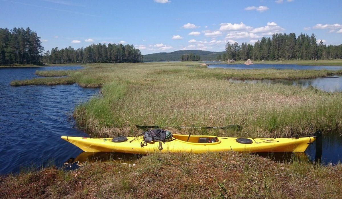En kanot i en sjö