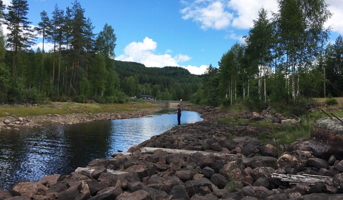 Person fiskar i ett vattendrag