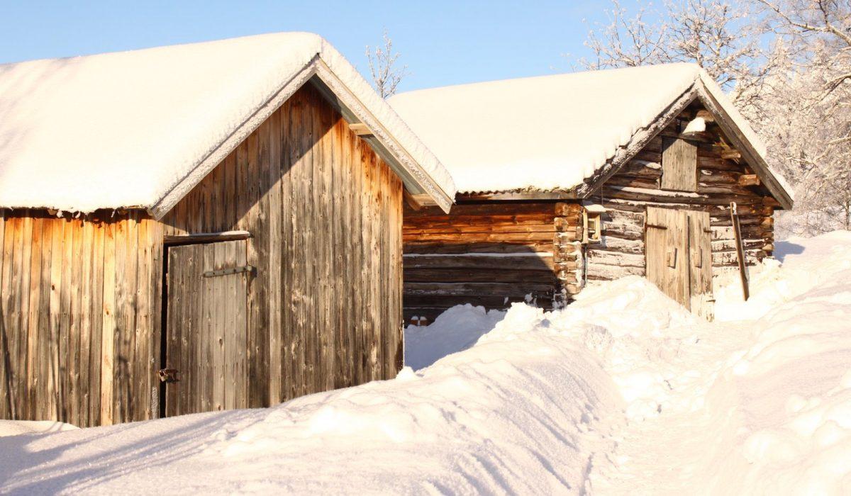 Två snötäckta hus