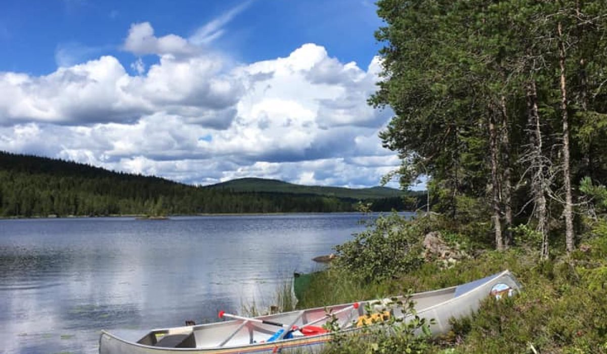 Kanot vid en sjö