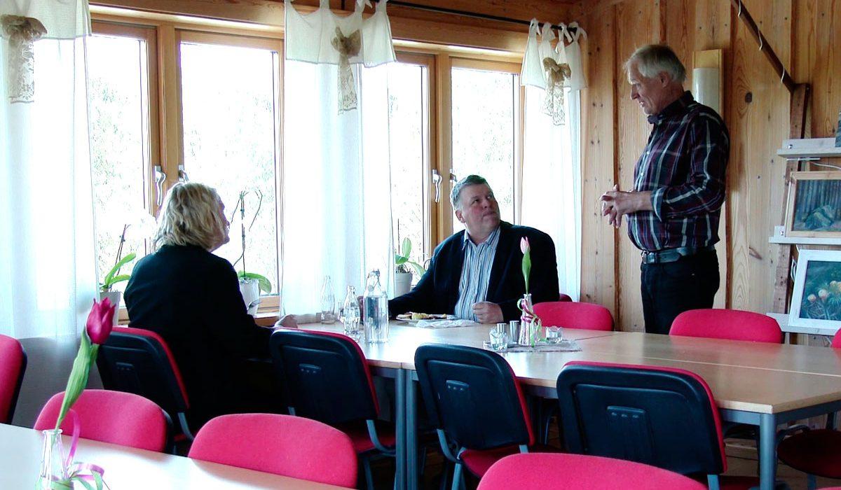Kurt pratar med två middagsgäster