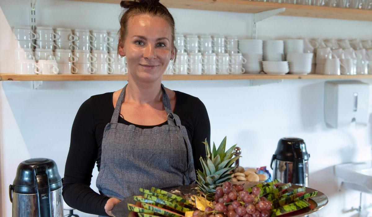 En kvinna serverar fruktbricka