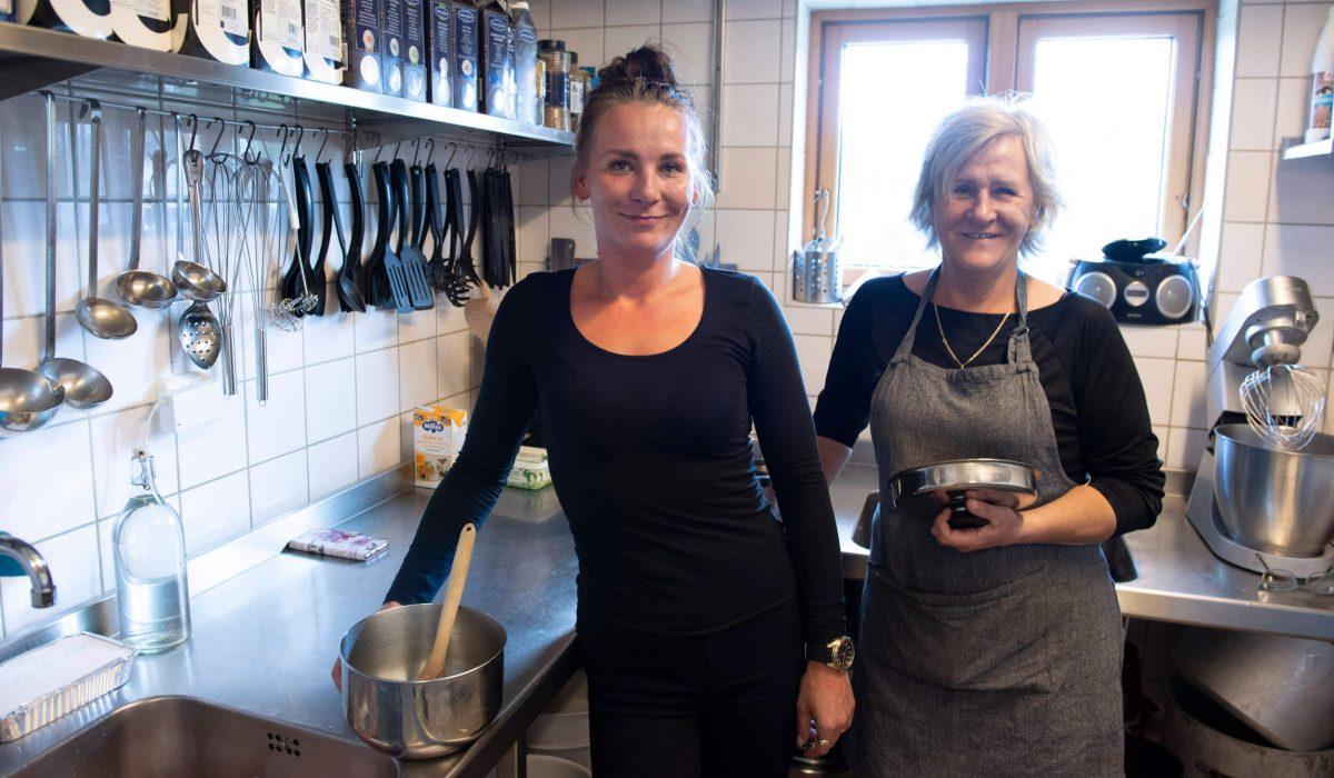 Två kvinnor i köket