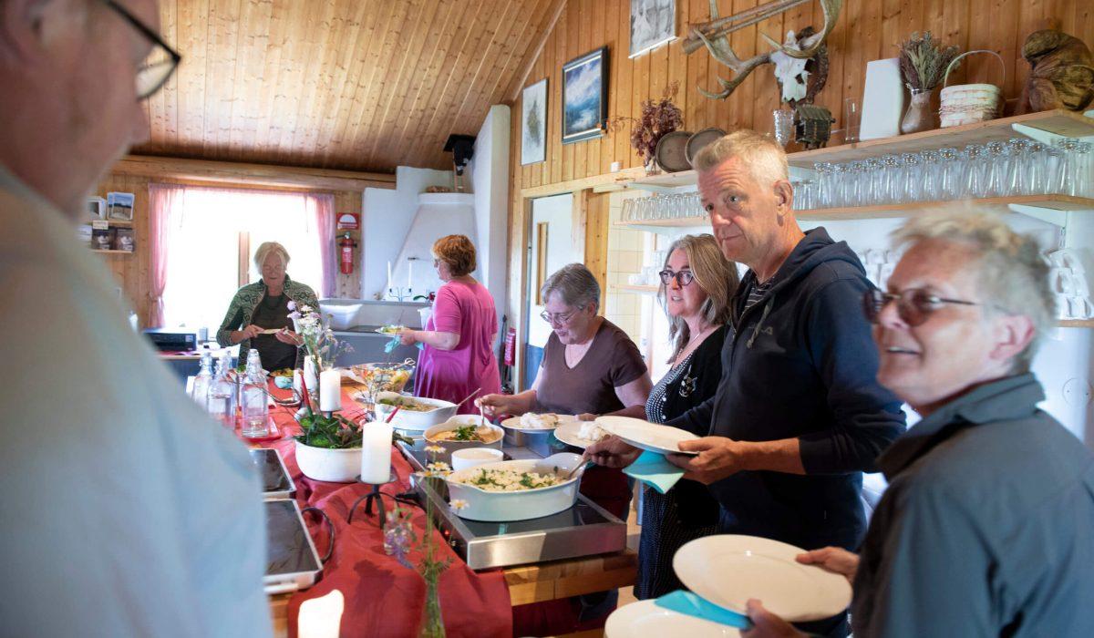 Personer tar mat i restaurangen