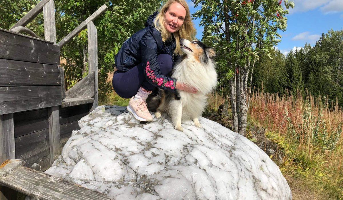Person och hund på vita stenen